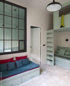 Комната близнецов. Марианна Эвенну придумала сделать в стене окно — по ту сторону располагается письменный стол Филомены и проход в ванную. Люстра, Zangra.