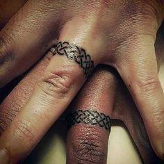 Hochzeitsringe sind in vielen Kulturen eine alte Tradition. In der Regel wird der Bund der Ehe mit einem Versprechen besiegelt, für immer für einander da zu sein. Was kann es also Schöneres geben, als seine ewigen Liebe mit einem Tattoo Ausdruck zu verleihen. .  . .  .…