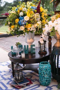 Casamento na Fazenda Santa Bárbara Amarelo e Azul | Vestida de Noiva | Blog de Casamento por Fernanda Floret Wedding Decorations, Table Decorations, The Crown, Wedding Inspiration, Portal, Weddings, Home Decor, Afternoon Wedding, Farm Wedding