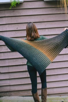 Dreieckstuch im Ziehharmonikamuster - kostenlose StrickanleitungFree Knitting Pattern for Triangle Brioche Cowl - cowl knit with a triangular . Poncho Knitting Patterns, Shawl Patterns, Free Knitting, Crochet Patterns, Knitted Shawls, Crochet Shawl, Knit Scarves, Laine Katia, Mode Crochet