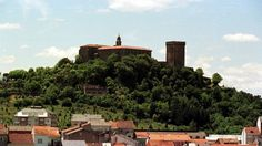 El castillo de San Vicente, junto con el monasterio benedictino de San Vicente do Pino, fueron la cuna del municipio lucense de Monforte de Lemos, convertidos hoy en Parador Nacional.