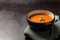 Különleges, tele van fűszerekkel és ízekkel, és nem mellékesen elég tartalmas is ahhoz, hogy egy könnyű vacsora legyen belőle a decemberi tömegelés fárasztó időszaka után. Low Fodmap, Thai Red Curry, Feta, Ethnic Recipes, Cilantro