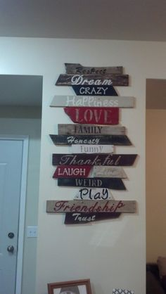 Pallet Furniture Projects Amazing Uses For Old Pallets – 35 Pics This would also be great for a quote or scripture. - Sources – 101 Pallets – Marty's Musings – Pallet Furniture – Green Eco Pallet Crafts, Pallet Art, Pallet Signs, Diy Pallet Projects, Wood Crafts, Diy And Crafts, Craft Projects, Pallet Ideas For Walls, Pallet Quotes
