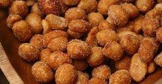 Geröstete Nüsse schmecken gut und lassen sich ganz schnell und einfach selber machen. Hier ein Rezept für eine Variante in würziger Kruste.