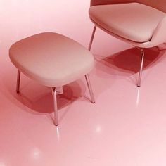 Think pink. Era lounge chair with steel legs in a cool bath of pink. Photo by @chelsea_chiu #normanncopenhagen#normanncustomizer#normannshowroom#pinktrend#eraloungechair#customize#customizedfurniture#furnituredesign#productdesign#simonlegald#design#scandinaviandesign