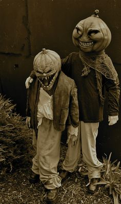 Golly i love those old school halloweens. Dig the crazy hands these young ones have on aside from those crazy masks!!!