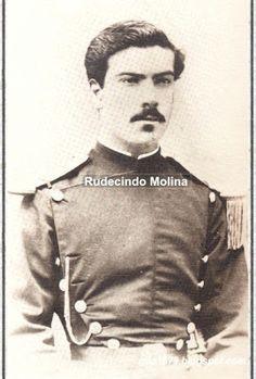 Capitán Rudecindo Molina M. (1853-1880) Muerto de un balazo en el ataque al fuerte boliviano de la extrema derecha de la linea aliada en el Campo de la Alianza. Ingresó al Ejercito como Subteniente del Séptimo de Linea en 1870, estuvo 10 años en la Araucanía. Ascendió a Capitán en la víspera de la batalla de Tacna y terminó en aquel encuentro su lucida carrera, habiendo alcanzado a los 27 años un honroso puesto y un nombre sin tacha.