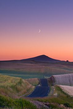 Steptoe Butte Sunset with Setting Crescent Moon Palouse. | par Ryan McGinty