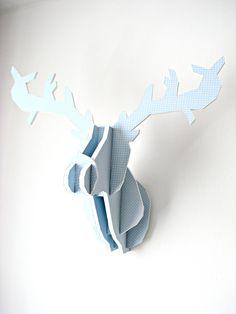 Trophée tête de cerf en carton bleu pastel et pois blanc : Décorations murales par piu