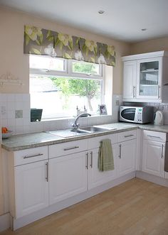 Kitchen valance with large pattern... Idea for the pleats. I don't like proportion - need to be larger?