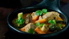 Lammekjøtt gjør seg veldig godt i gryte med kokosmelk, curry, hvitløk og urter. Server denne varmende gryten med brød og ris.