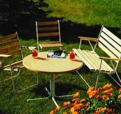 Varaxin pöytäryhmä ja puutarhan istutuksissa tietysti samettikukkia.