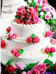 装花に合わせてデコレーションしたウエディング・ケーキ    テーブルフラワーと同じバラでケーキもコーディネイト。数々の賞を獲得しているエグゼクティブ・ペストリーシェフが作つくり出す逸品は、会場演出と同じく気品に満ちて。「ウェスティン」ならではの美しさを放ちます。