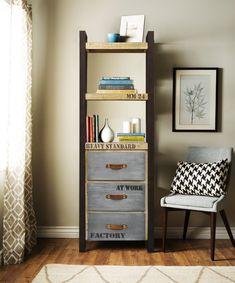 Czy warto wybrać meble z nóżkami? Nie da się ukryć, że takie kolekcje prezentują się wyjątkowo stylowo. Masywnym i ciężkim drewnom nadaje to wizualnej lekkości, a dodatkowym plusem jest możliwość łatwego posprzątania pod szafą czy komodą! 👌