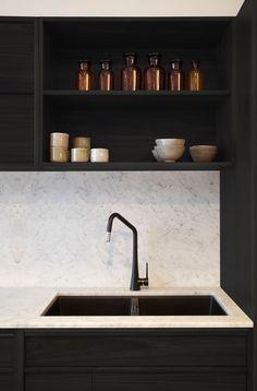 Contraste élégant entre le noir des meubles et le blanc du plan de travail et de la crédence. #black #kitchen #tap