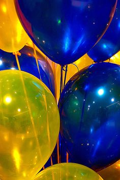 Yellow and blue balloons Go Blue, Blue Gold, Blue Yellow, Blue And White, Dark Blue, Yellow Balloons, Colourful Balloons, Yellow Photography, Party Photography