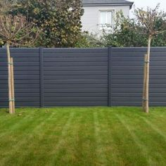Fantastic Modern fence fence ideas and Front yard fence options. Plastic Garden Fencing, Garden Fence Panels, Front Yard Fence, Fenced In Yard, Dog Fence, Yard Fencing, Fence Plants, Lattice Fence, Pallet Fence