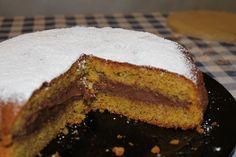 Questa torta alle nocciole è davvero facile da fare, infatti per le dosi basterà tenere a mente il numero 2! Inoltre è una torta semplice, ma da un profumo spiccato per via delle nocciole tostate.