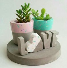 Timestamps DIY night light DIY colorful garland Cool epoxy resin projects Creative and easy crafts Plastic straw reusing ------. Cement Art, Concrete Crafts, Concrete Projects, Painted Plant Pots, Painted Flower Pots, Diy Concrete Planters, Diy Planters, Deco Floral, Plant Decor