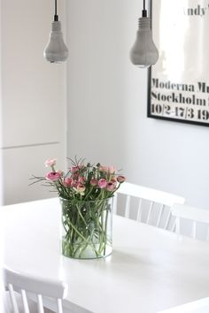 and a bunch of flowers Home Interior, Interior Styling, Interior And Exterior, Room Inspiration, Interior Inspiration, Concrete Light, Small Room Decor, Flower Vases, Scandinavian Design