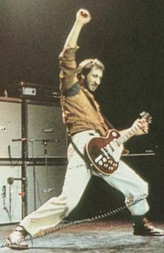 Pete Townsend playing a Gibson Les Paul Deluxe. Pete modified many of his Les Paul Deluxes to sport two mini-humbuckers and sometimes had a third DiMarzio humbucker placed in the middle position. Rock And Roll Bands, Rock Bands, Metal Bands, Music Is Life, My Music, Jim Marshall, Back In The Ussr, Famous Guitars, Pete Townshend
