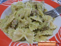 Farfalle alla crema di piselli, la ricetta per preparare un gustoso primo piatto con piselli, carne macinata, cipolla, prezzemolo e formaggio!