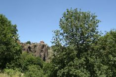 Arlempdes: dorp op vulkanische rots boven de Loire ***   Dorpen in Frankrijk Monument Valley, Nature, Travel, Auvergne, Naturaleza, Viajes, Destinations, Traveling, Trips