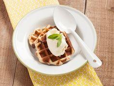 Appelwafels met rozijnen en vanille-ijs (Libelle Lekker!)