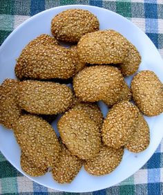 Italian Sesame Seed Cookies Recipe - Simple Nourished Living Crisp, not-too-sweet cookies with a rich addictive sesame flavor. This recipe makes 20 little Italian sesame seed cookies. Sesame Seed Cookies Recipe, Italian Sesame Seed Cookies, Italian Cookies, Italian Cookie Recipes, Gluten Free Cookie Recipes, Italian Desserts, Greek Desserts, Greek Recipes, Tea Cakes