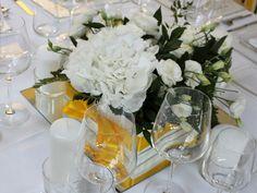 Centrotavola in bianco e giallo: ortensia e lisianthus www.laflorealedistefania.it | White and yellow wedding centerpiece