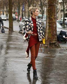 Outra blogueira brasileira que brilhou em Paris foi Helena Bordon com seu casaco floral, sim a mesma estampa da calça de Camila Coutinho, e sua sobreposição com peças de tons terrosos.