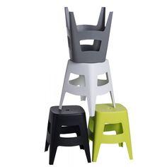 Stołek Tower wykonano z wytrzymałego polipropylenu, cechują się dobrą ergonomią. Jego forma na bazie sześcianu stanowi niezwykle praktyczne i ciekawe rozwiązanie.Ich zaletą jest niska waga, która ułatwia przemieszczanie mebla w dowolne miejsce.Materiał odporny jest na wodę, więc mebel może służyć jako taboret pod prysznic. Wysokość siedziskanadaje się dla niższych osób lub dzieci.