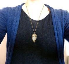 [autoir avec un pendant hibou ,polymère bleu et jaune]  Sautoir avec un pendant hibou    Sautoir avec un pendant hibou en métal bronze , j'ai rajouté de la pâte polymère,fimo,bleu et jaune.    Dimension hibou: 18 x 25 mm    Longueur de la chaine 55 à 60 cm avec une chainette de rallonge.    Livraison offerte, soigneusement emballée  Prix: 18.00 €  http://www.blcreafimo.fr