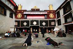 Der Jokhang Tempel ist das wichtigste Heiligtum innerhalb in Lhasa und liegt inmitten des alten Stadtteil. Täglich wird Jokhang von unzähligen Tibetaner besucht.