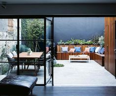 A small courtyard garden in Surry Hills was given a chic revamp — Homes to Love A landscape designer made the most of the industrial and heritage features of this inner-city garden to create an urban oasis. Courtyard Pool, Small Courtyard Gardens, Courtyard House Plans, Courtyard Design, Small Courtyards, Small Gardens, Modern Courtyard, Courtyard Ideas, Patio Design