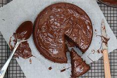 Cette recette est une tuerie ! Gâteau chocolat sans beurre ni sucre, et pourtant ultra moelleux. Un ingrédient magique et quelques astuces. Nappage Nutella/noix de coco