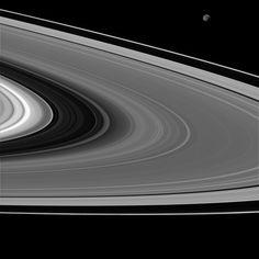 Aunque estamos acostumbrados a ver las lunas de Saturno iluminadas directamente por el sol, a veces podemos verlas iluminadas por el 'Saturnshine'. Aquí, vemos la luna Mimas (parte superior derecha) iluminada por la luz reflejada de Saturno.