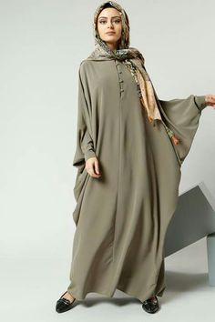 great for a hot day Moslem Fashion, Niqab Fashion, Fashion Dresses, Abaya Designs, Muslim Women Fashion, Islamic Fashion, Habits Musulmans, Abaya Mode, Mode Kimono