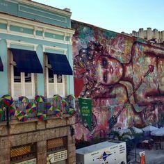 Da varandinha da Casa dos Momus.  Uma vista colorida da Rua do Lavradio no centro do Rio.