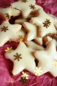 Recette sablés aux épices, orange et chocolat blanc par Rouaia : Une petite astuce déco gourmande : un petit trou avant cuisson, un ruban et vous pouvez l'accrocher à votre sapin de Noël..Ingrédients : oeuf, sucre, amande, beurre, farine