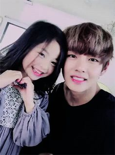 Jungkook is the single father of a 5 year old named Asami. Taehyung is her kindergarten teacher who thinks the little girl is cute but her dad is cuter. Bts Taehyung, Bts Jimin, Bts Bangtan Boy, Suga Suga, Na Haeun, V Bts Cute, V Video, Korean Babies, Cute Asian Babies