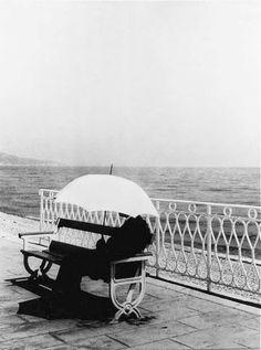 brassai_the-man-with-white-umbrella-1934.jpg (500×673)