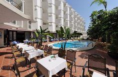 Het Lago Rojo hotel is ideaal gelegen in het hart van de authentieke visserswijk Carihuela, aan de strandpromenade. Geniet van een heerlijke strandwandeling, een glaasje vino en tapas op een terras of in een van de gezellige bars;de leukste souvenirs in de winkeltjes aan de boulevard en live muziek in de hotelbar. En ontdek de omgeving tijdens twee bijzondere uitstapjes met Nederlandse reisleiding.