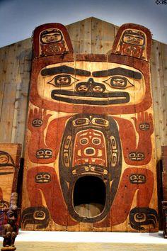 Tlingit house entrance with design of black bear at Denver Art Museum. Native American Artwork, Native American Tribes, American Indian Art, Arte Haida, Haida Art, Tlingit, Native Design, Art Lessons Elementary, Indigenous Art