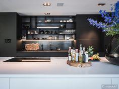 Minimalistische villa Bosch en duin - Culimaat - High End Kitchens Latest Kitchen Designs, Modern Kitchen Design, High End Kitchens, Kitchen Interior, Liquor Cabinet, Countertops, New Homes, Storage, House