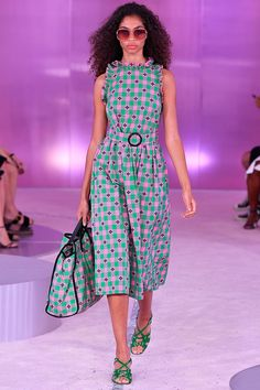 Fashion Week New York Spring/Summer 2019 look 3 from the Kate Spade New York collection womenswear Fashion For Petite Women, Womens Fashion Casual Summer, Office Fashion Women, Spring Summer Fashion, Trendy Fashion, Jw Moda, Kate Spade New York, Oufits Casual, Costume