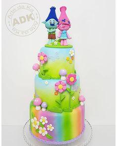 Bolo Trolls !!  Disponível para locação apenas para São Paulo e ABC paulista.  Contato: (11)95127-8315 tratar com Luciano. .  .  .  #bolocenografico #aluguelbolofake #aluguelparafestas #artedaka #bolotrolls #festatrolls Bolo Trolls, Trolls Cakes, Troll Party, How To Make Cake, Biscuits, Birthday Cake, Desserts, Poppy, Food