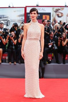 A heavily beaded halter-neck Ralph and Russo gown made Paz look perfectly statuesque.