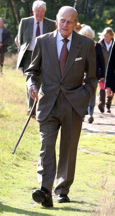 Patron of the Conservation Volunteers, Prince Philip, Duke of Edinburgh, visits a TCV conservation project at the Dersingham Bog Nature Reserve on the Royal Sandringham Estate on in Norfolk, England. Royal Queen, King Queen, Royal Family Pictures, Family Photos, House Of Windsor, Windsor Castle, Imperial State Crown, Queen Elizabeth, Denmark