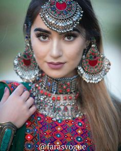Uploaded by ℓα∂кι вєαυтιfυℓℓ. Find images and videos on We Heart It - the app to get lost in what you love. Antique Jewellery Designs, Fancy Jewellery, Stylish Jewelry, Fashion Jewelry, Indian Jewelry Earrings, Indian Jewelry Sets, Jewelry Design Earrings, Afghani Clothes, Afghan Girl